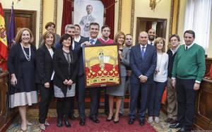 Guadalajara recibe la bandera que presidió el Día de las Fuerzas Armadas de manos de la ministra Cospedal