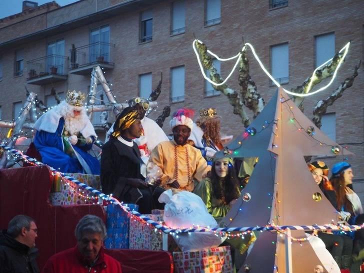 Los Reyes Magos de Oriente han traído ilusión y regalos a niños y mayores, y agua, a la Ciudad del Doncel
