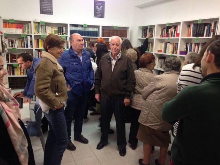 La Diputación dona un ordenador y un lote de libros de la provincia a la nueva biblioteca de Mandayona