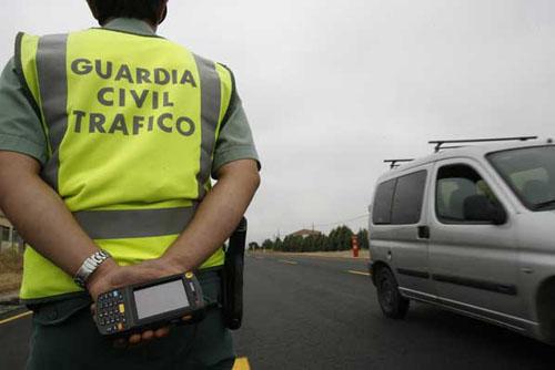Detienen a un conductor de 19 años por intentar atropellar a un guardia civil de Tráfico en Pioz
