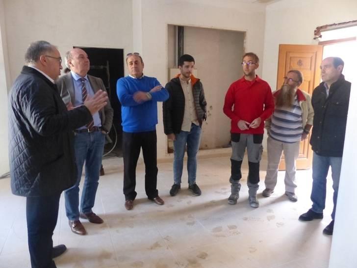 Latre visita Illana para comprobar las obras de reforma del Palacio de Goyeneche con cargo al Plan Provincial
