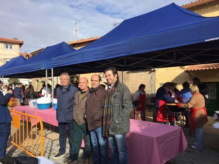 El vicepresidente tercero de la Diputación asiste a la tradicional Fiesta de la Matanza de Henche