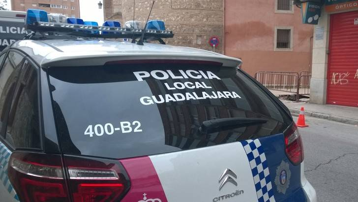 Se queda dormido borracho al volante, intenta huir y termina agrediendo a un policía local de Guadalajara