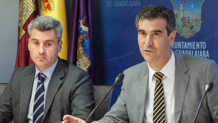 Antonio Román baja el IBI y el impuesto de plusvalías en Guadalajara