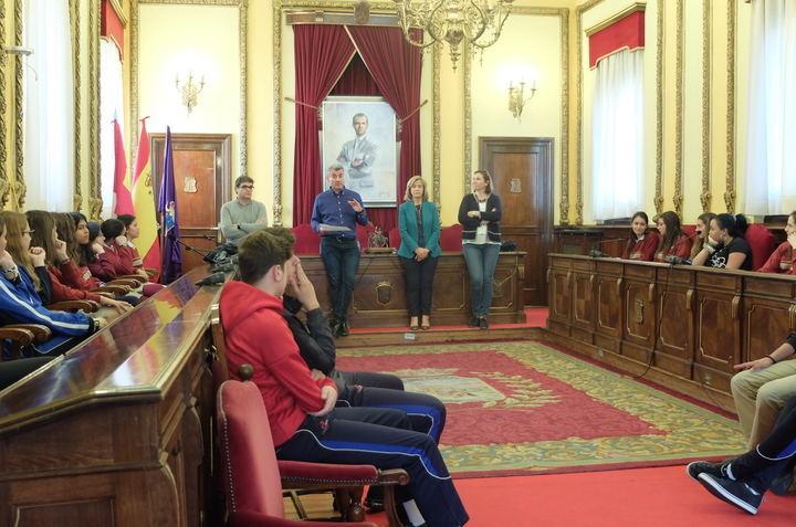 Alumnos de Agustinianos y Sagrado Corazón presentan en el Ayuntamiento de Guadalajara su trabajo sobre presupuestos participativos
