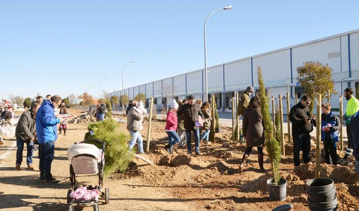 Con la plantación de este domingo, el parque de la avenida de La Industria de Azuqueca contará con 343 nuevos árboles