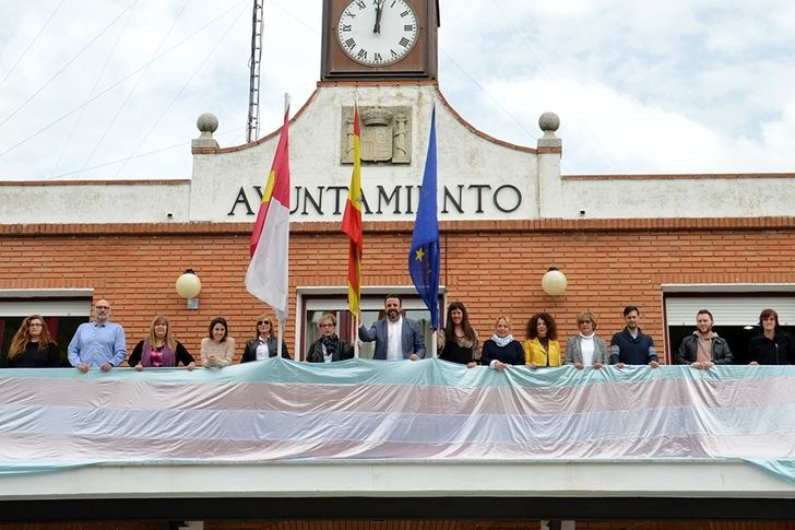 El ayuntamiento de Azuqueca luce la bandera del Orgullo Transgénero