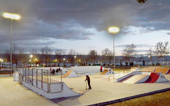 La pista de skate del parque de La Quebradilla con la nueva iluminación. Fotografía: Álvaro Díaz Villamil / Ayuntamiento de Azuqueca