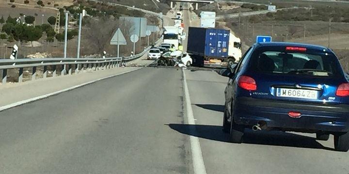 Fallece una persona tras el choque de un coche y un camión a la altura de Valdeluz
