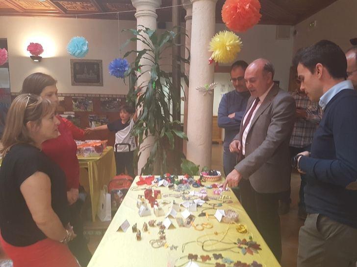 El presidente de la Diputación visita la exposición fotográfica con motivo de la XX Semana Solidaria del Colegio Maristas