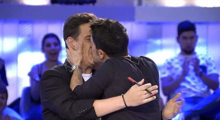 """Inesperado beso en la boca ¿con lengua? de Alejo Sauras a Christian Gálvez en 'Pasapalabra': """"¡Me lo como!"""""""