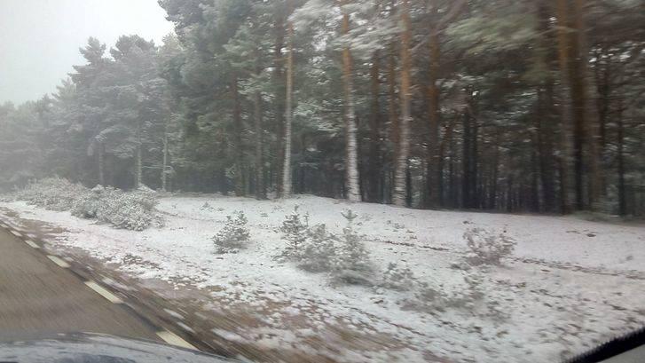 Un vehículo con tres personas queda atrapado por la nieve en el Puerto de la Quesera en Guadalajara