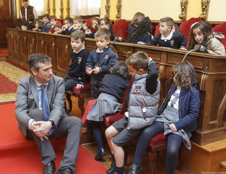 El alcalde de Guadalajara recibe a alumnos del colegio Santa Ana