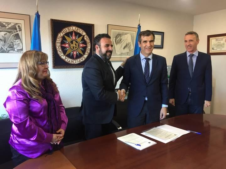 Román firma con el alcalde de Azuqueca el convenio para la creación de un aula de la UNED en la localidad azudense