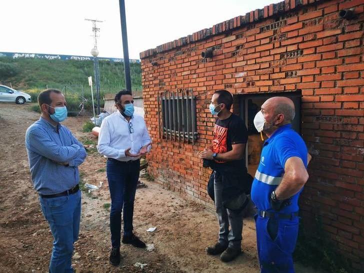 El alcalde, José Luis Blanco, ha acudido a conocer la situación en los depósitos de agua potable del municipio, acompañado por el concejal de Ciudad Sostenible, Antonio Expósito.