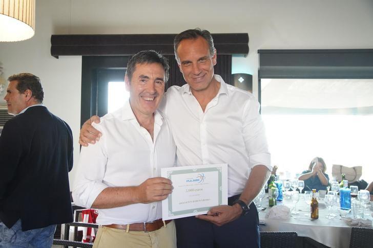 José María Alaña hace entrega a Ramón Grosso del cincuenta por ciento de los beneficios