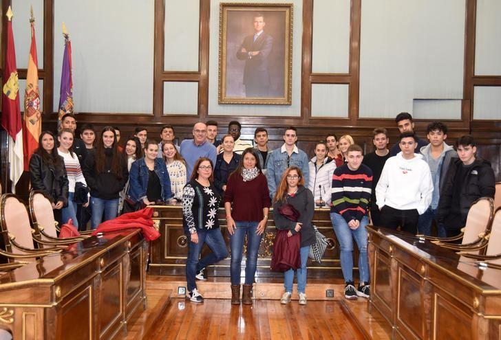 Un grupo de alumnos del IES San Isidro de Azuqueca visitan el Palacio Provincial de Guadalajara