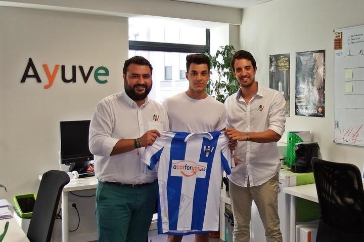 Álvaro Ballesteros firma por el Hogar Alcarreño