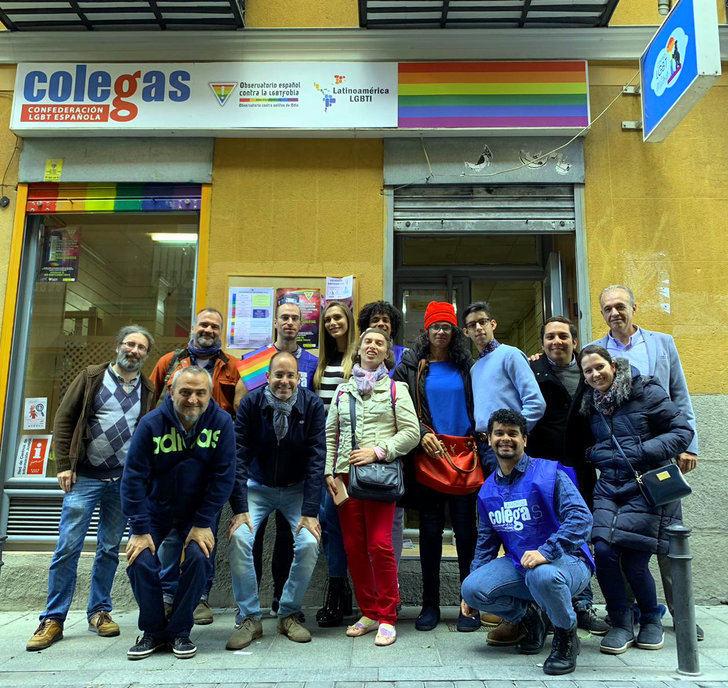 """Angela Ponce, Miss España y candidata a Miss Universo visita el centro """"LGBT Colegas"""""""