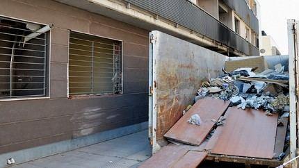 El Ayuntamiento de Azuqueca retira 27,1 toneladas de basura y escombros de los edificios ocupados de la calle Navarrosa
