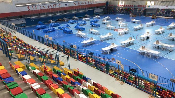Todo listo en el Polideportivo Ciudad de Azuqueca para poner en marcha el dispositivo de empaquetado y distribución de las mascarillas