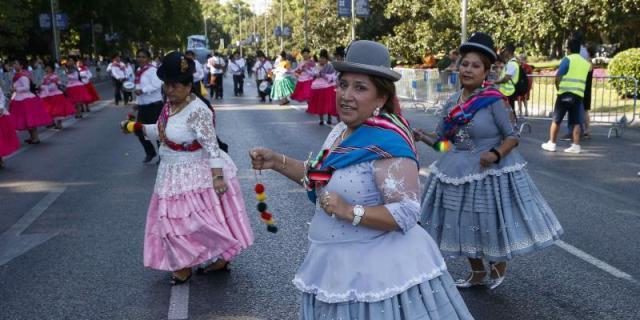 3.000 bailarines bolivianos desfilaron en honor a la virgen de Urkupiña en el Paseo del Prado de Madrid