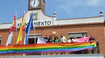 La bandera LGTBI, en el balcón del Ayuntamiento de Azuqueca