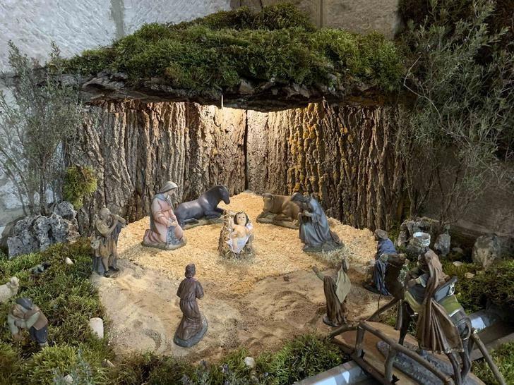 Los belenes de Pareja y la Agrupación Musical, orgullo de las Navidades locales
