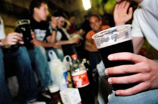 Sanidad decreta, de acuerdo con las CCAA, el cierre de discotecas y bares de copas, control de los botellones y NO fumar en la vía pública si no hay 1,5 metros de distancia