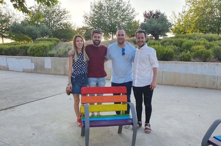"""Cabanillas cierra los actos del """"Orgullo Provincial"""", pintando seis bancos con los colores LGTBI"""