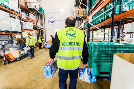 """La Obra Social """"la Caixa"""", CaixaBank y FESBAL recogen 6.800 litros de leche para familias desfavorecidas en Guadalajara"""