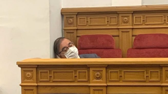 """Piden la dimisión del presidente del grupo socialista en las Cortes regionales Fernando Mora por decir que """"con medio litro de aguardiente muere el virus"""""""