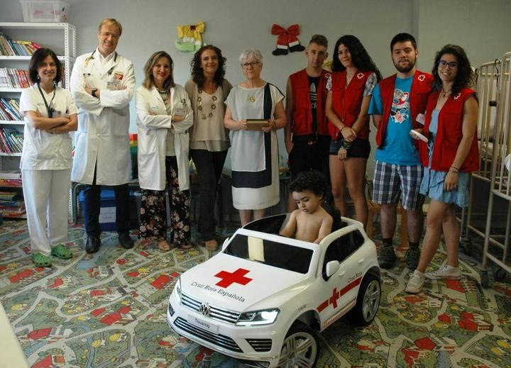 Cruz Roja dona al Hospital de Guadalajara un cochecito eléctrico para que los niños vayan al quirófano o a sus pruebas médicas