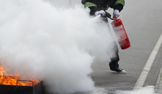 Cuatro personas intoxicadas por el polvo del extintor al intentar sofocar un fuego en El Casar