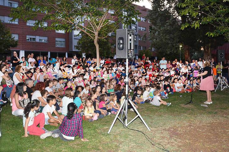 La sesión 'Cuentos a la luz de la luna' abrió un nuevo curso de la Biblioteca Municipal 'Almudena Grandes' de Azuqueca