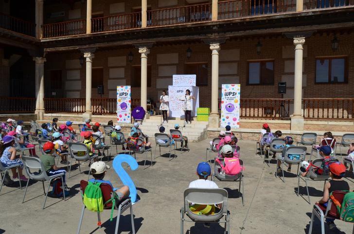 Cuentos de Titania presenta a Blu durante una nueva mañana de los 'Cuentos en Palacio' en Yunquera de Henares