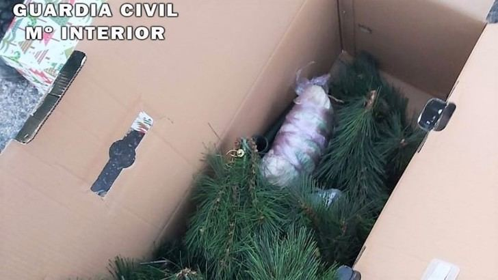 Dos detenidos en un control en Hellín con droga oculta entre adornos navideños