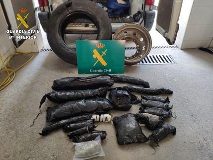 La Guardia Civil de Toledo detiene a un hombre que llevaba 7 kilos de marihuana ocultos en la rueda de repuesto de su camión