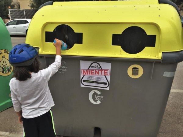 """Miles de pegatinas con el mensaje """"Ecoembes miente"""" aparecen en contenedores amarillos de todo el país"""