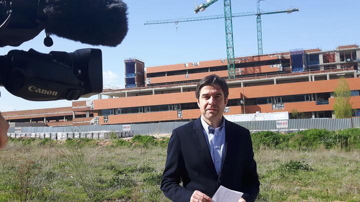 """Exigen explicaciones en las Cortes Regionales sobre """"los 'obreros figurantes' que van con Page cuando visita las obras del Hospital de Guadalajara"""""""