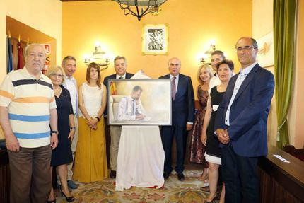 El pintor Emilio Fernández-Galiano dona un retrato del rey Felipe VI al Ayuntamiento de Sigüenza