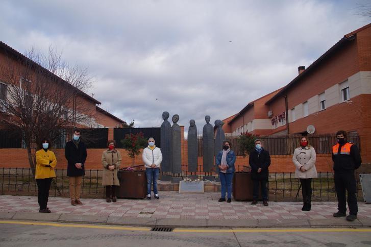 Fontanar homenajea a los fallecidos por el COVID-19 con cinco tallas de madera