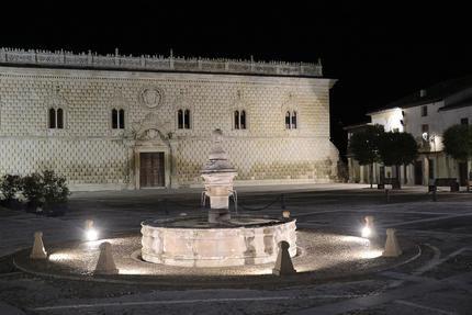 El Ayuntamiento de Cogolludo realza la fuente de la Plaza Mayor con iluminación ornamental