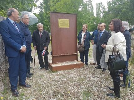 Gárgoles de Abajo coloca una placa que recuerda el paso de Cela por el municipio en su Viaje a la Alcarria