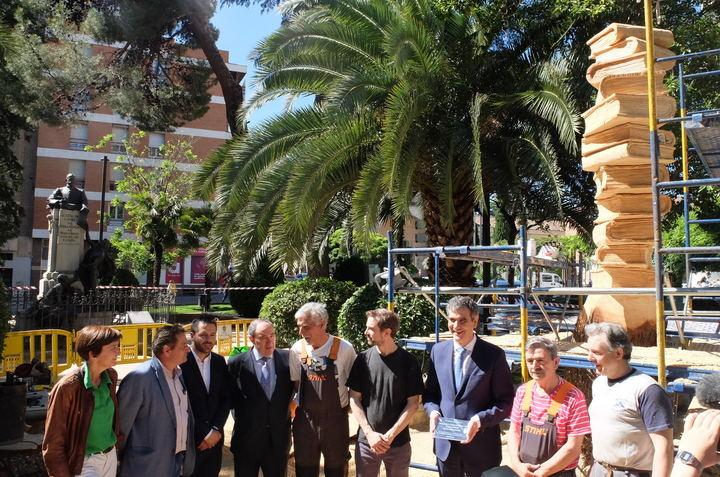 El Ayuntamiento de Guadalajara dedica una escultura de madera al profesorado