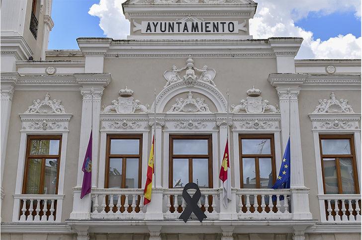 """Un gran lazo negro expresará en el Ayuntamiento de Guadalajara el """"el dolor y recuerdo"""" a las víctimas por parte de la ciudad"""
