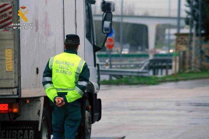 La Guardia Civil de Guadalajara investiga al conductor de un camión por un delito contra la Seguridad del Tráfico