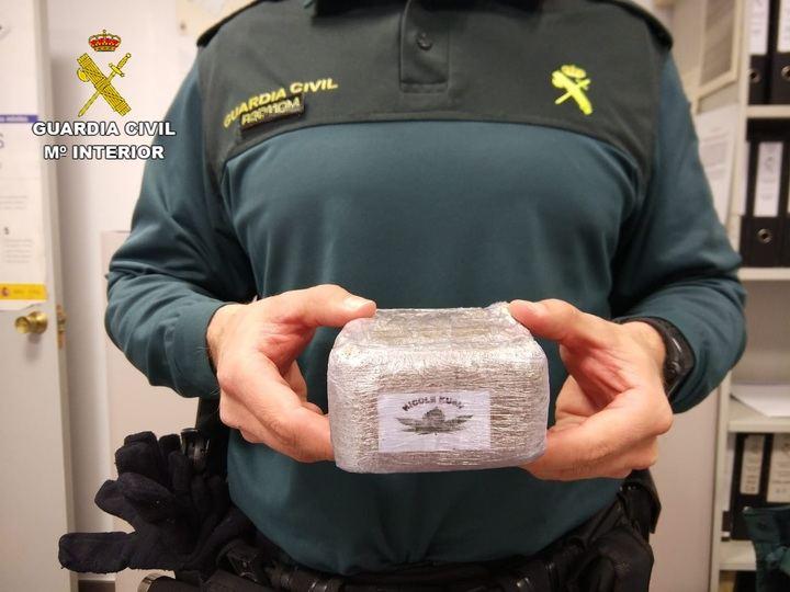 La Guardia Civil detiene a dos personas por llevar medio kilo de hachís en su coche en Pioz