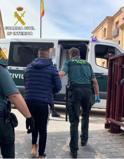 La Guardia Civil detiene a cuatro personas minutos después de robar en una bodega de Corral de Almaguer