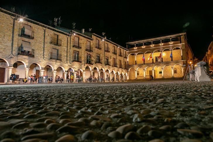 La iluminación ornamental de la Plaza Mayor ya simboliza el optimismo con el que Sigüenza mira hacia su futuro